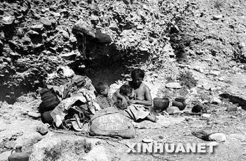 Так жили рабы. Слева скарб, справа само семейство.