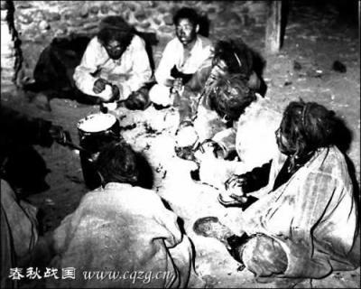 Рабы за едой (ели они один раз в день).